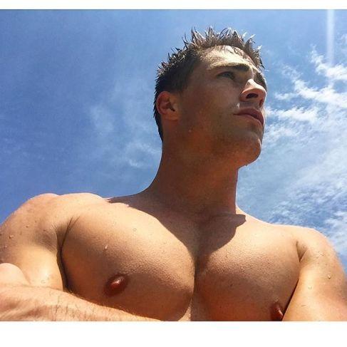 colton-haynes-body-muscles-selfies-151217-02